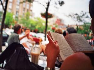 Les dones llegeixen més llibres i consumeixen més teatre, dansa i exposicions que els homes