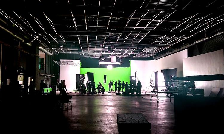 Eliminar abraçades dels guions, doblar camerinos i evitar exteriors: els rodatges perfilen el retorn a finals de maig
