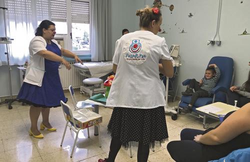 Les clowns Oxigena i Botiquina durant una de les seves visites a l'Hospital de Granollers.